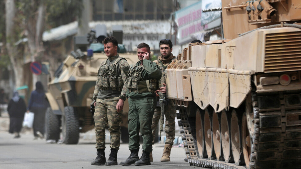عسكريون أتراك في وسط مدينة عفرين السورية