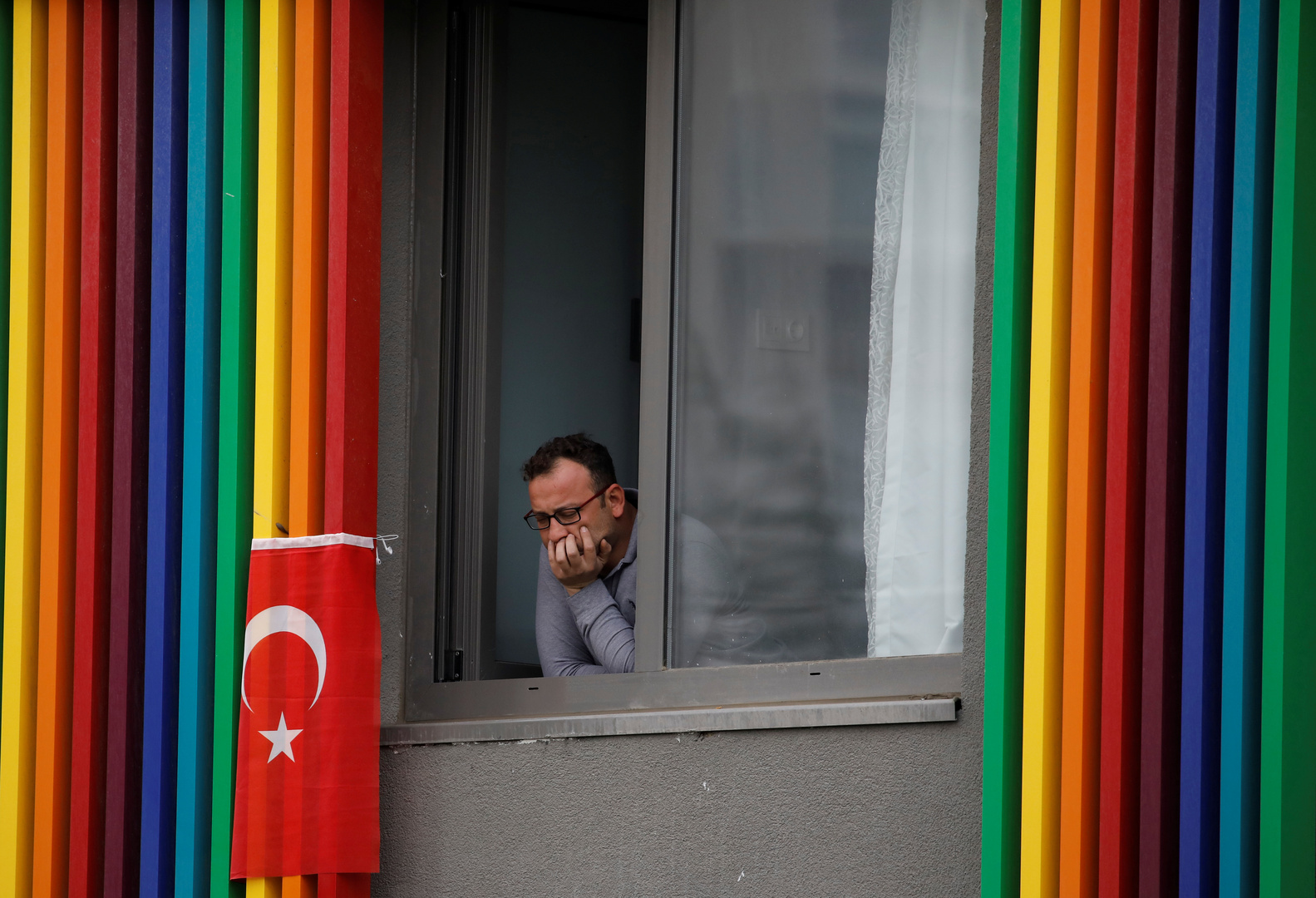 رجل تركي يقبع في الحجر الصحي في اسطنبول