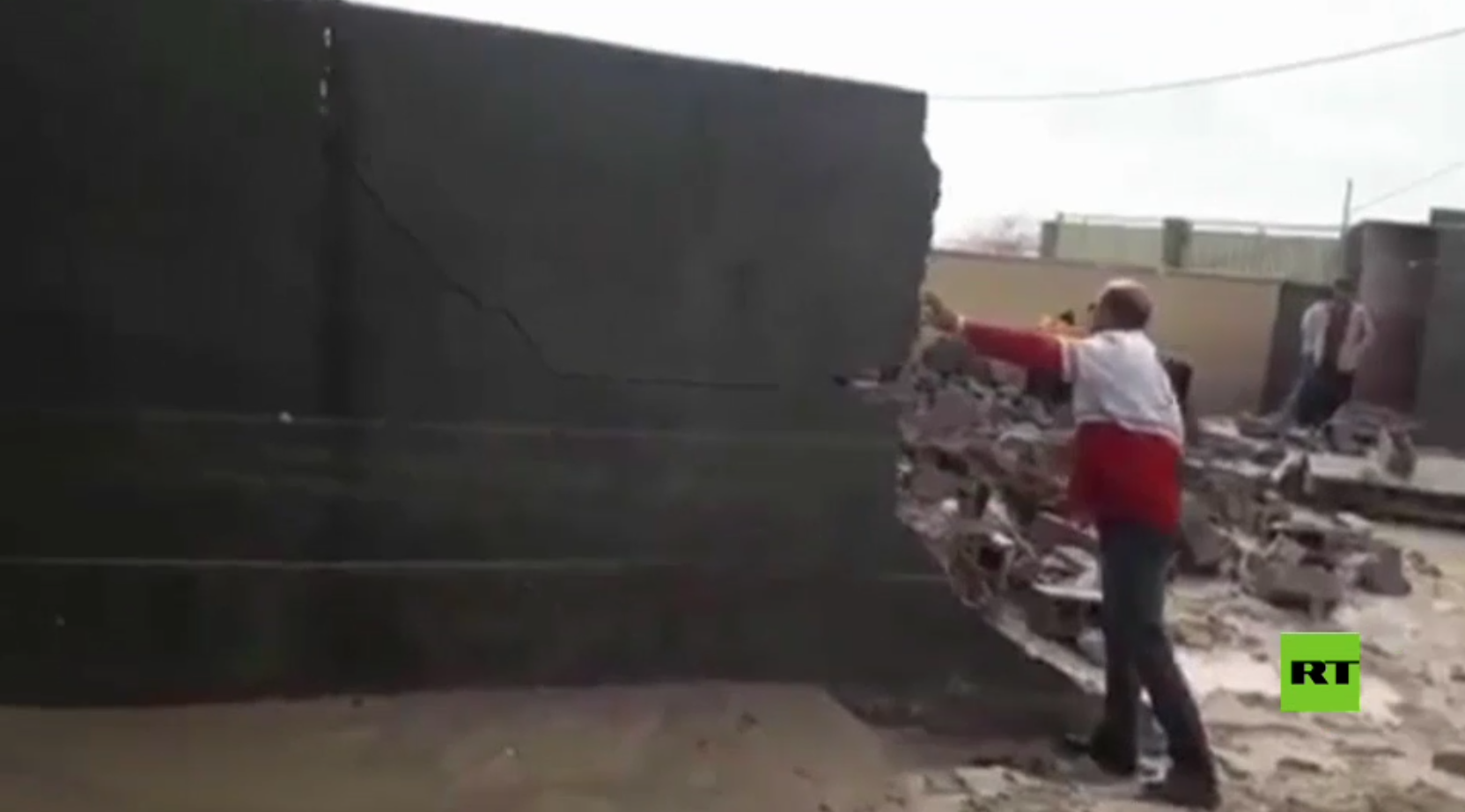 الهلال الأحمر الإيراني يعمل على إزالة آثار فيضانات بوشهر