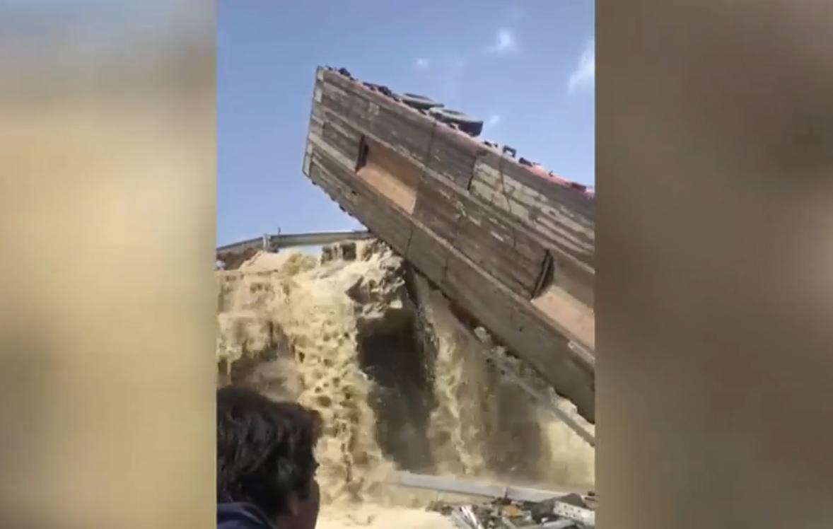 سقوط شاحنة كبيرة ومصرع سائقها جراء فيضانات إيران