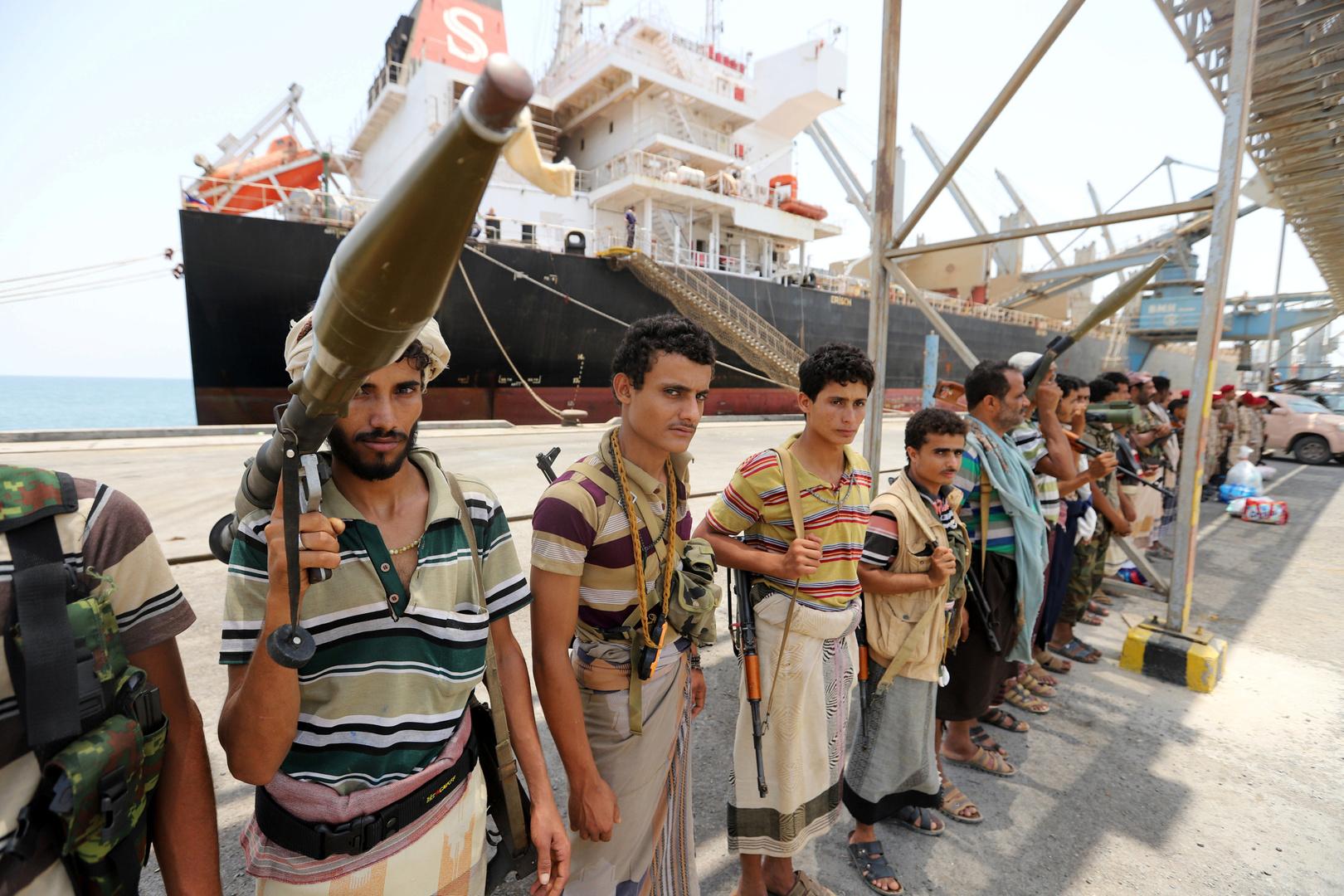 عناصر قوات الحوثيين في ميناء الحديدة (صورة من الأرشيف)