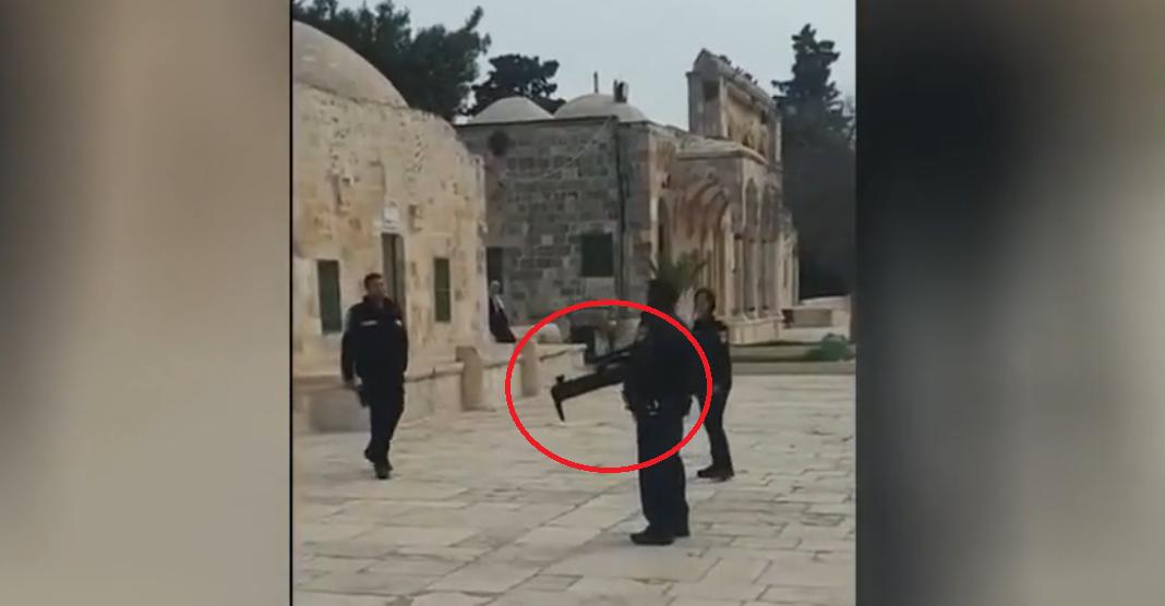 بندقية غريبة لدى الشرطة الإسرائيلية على سطحقبة الصخرة
