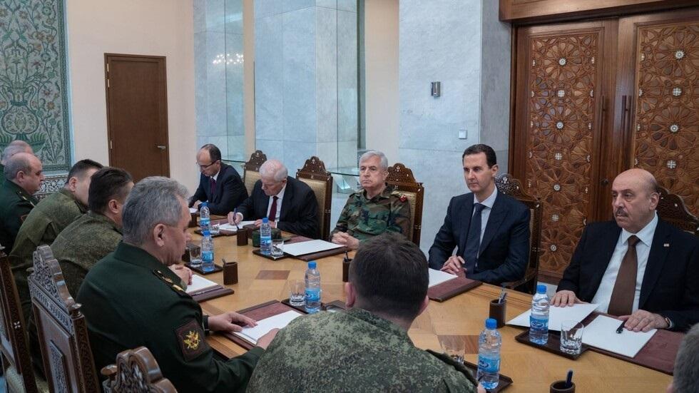 وزير الدفاع الروسي، سيرغي شويغو، والرئيس السوري، بشار الأسد، خلال لقائهما في دمشق (مارس 2020).