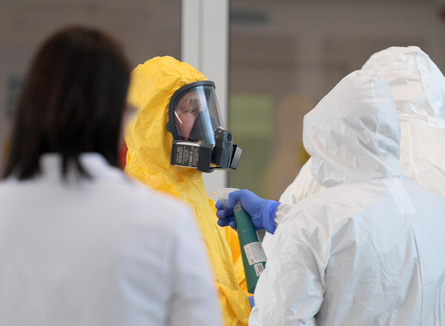 الرئيس الروسي فلاديمير بوتين يرتدي بدلة واقية خلال زيارة إلى مستشفى مخصص للمصابين بفيروس كورونا في ضواحي موسكو