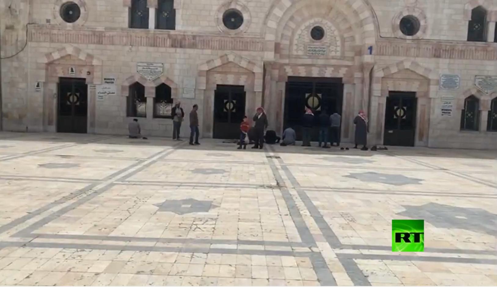 مواطنون يصلونأمام أبواب مسجد مغلق