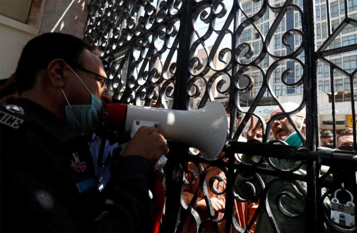 باكستان تواجه عقبات في تقييد صلاة الجماعة