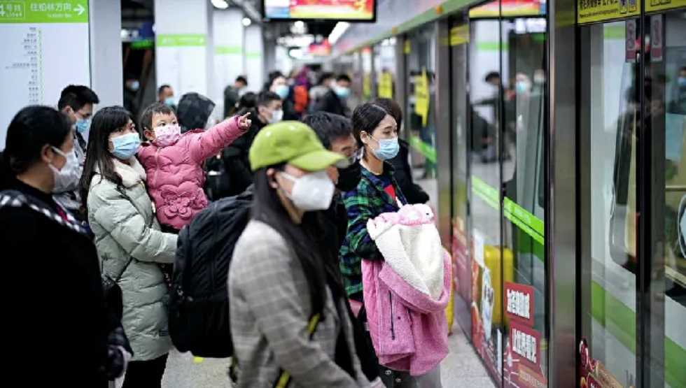 مواطنون في مترو الأنفاق في ووهان اليوم
