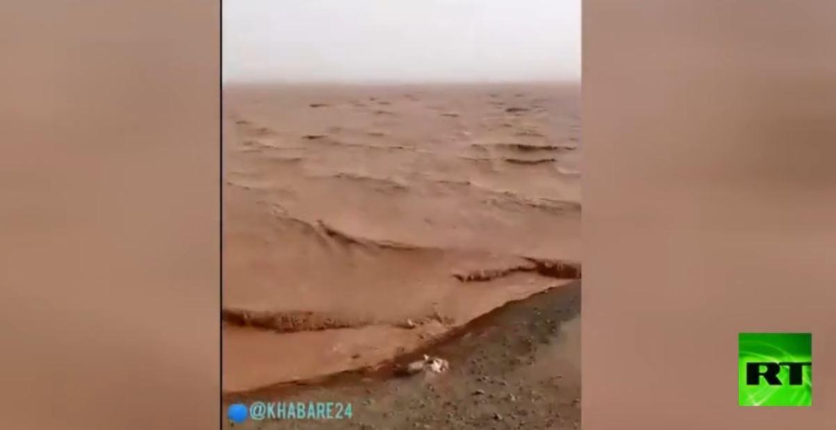 صحراء قاحلة تحولت إلى بحيرة كبيرة