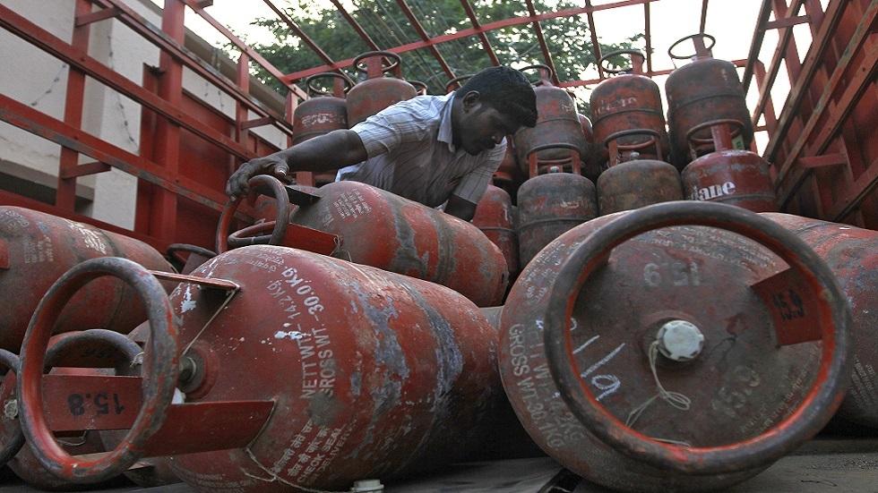 تحميل شاحنة بأسطوانات لغاز البترول المسال في بلدة هندية (صورة أرشيفية)
