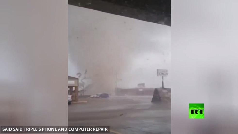 بالفيديو.. زوبعة تضرب مدينة في أركانساس الأمريكية