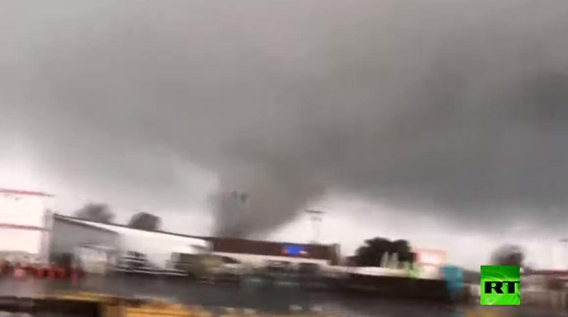 لحظة ضرب إعصار مدمر لولاية أركانساس الأمريكية