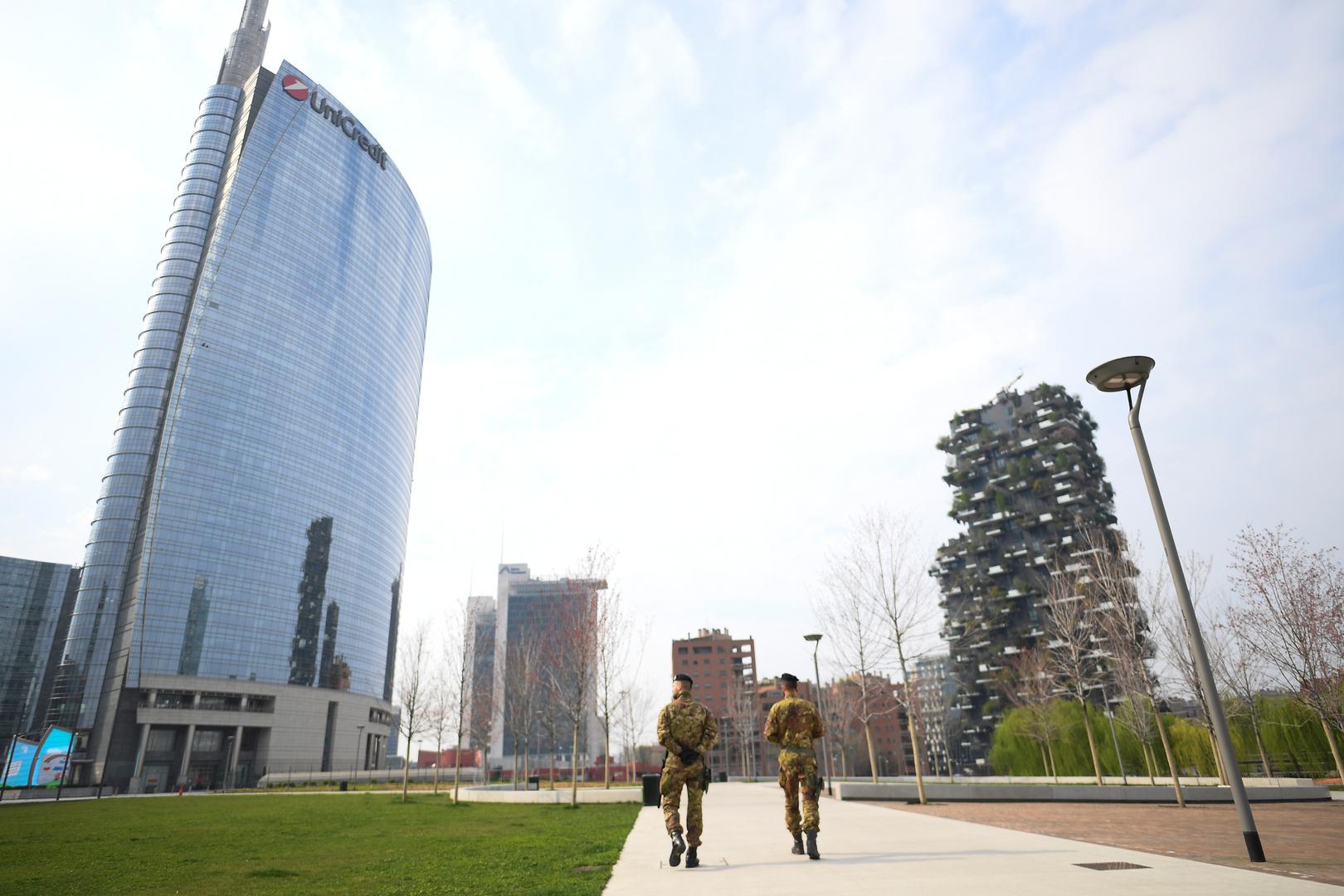 عنصران من الجيش الإيطالي في مدينة ميلانو