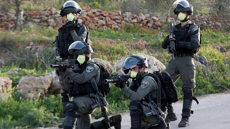 جنود إسرائيليون يضعون أقنعة الوقاية من كورونا