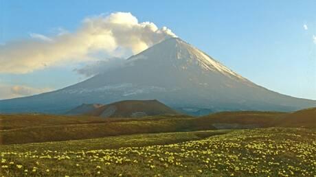 بركان كليوتشيفسكوي يطلق عمودا من الرماد ارتفاعه 6 كيلومترات