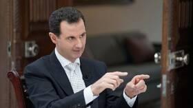 ما سر زجاجة ظهرت خلف الأسد بحسب السوريين؟ هل هي قصة خيالية يتم تداولها على أنها حقيقة؟ (صور + فيديو)