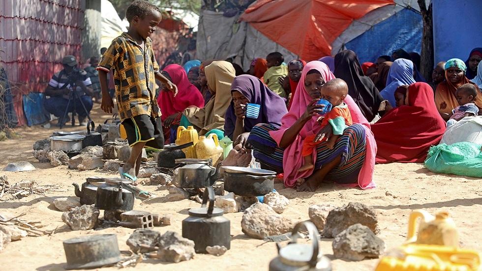 عائلات صومالية نزحت إلى محيط العاصمة مقديشو هربا من ضربات جوية أمريكية (مارس 2020)