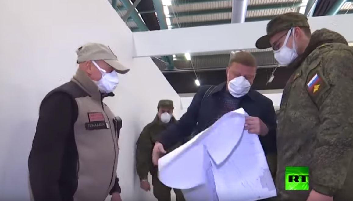العسكريون الروس يشاركون في تجهيز مستشفى ميداني في بيرغامو الإيطالية