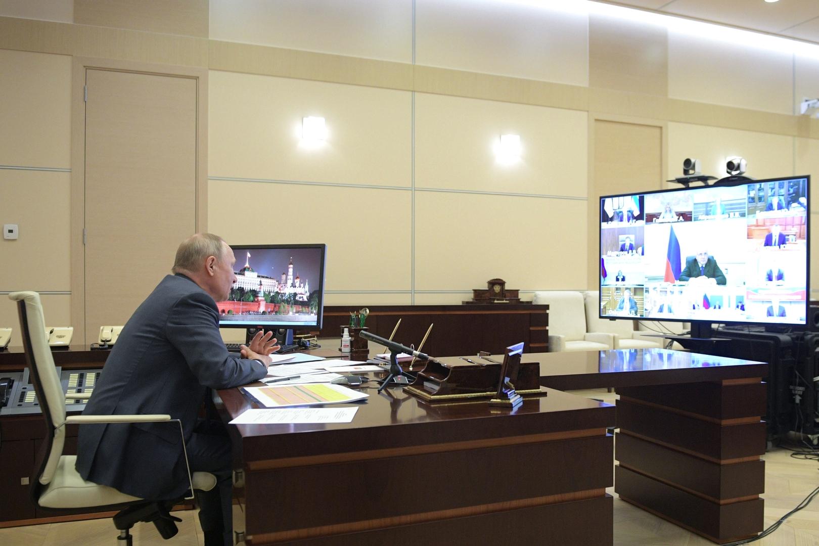 الرئيس فلاديمير بوتين يعقد اجتماعا مع أعضاء الحكومة عبر الدائرة التلفزيونية المغلقة