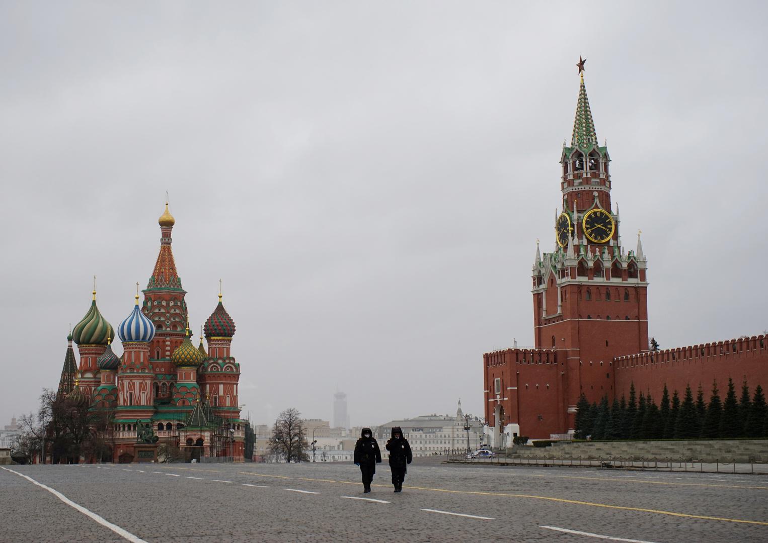 الساحة الحمراء خالية من المواطنين بسبب إجراءات الحجر الصحي - موسكو