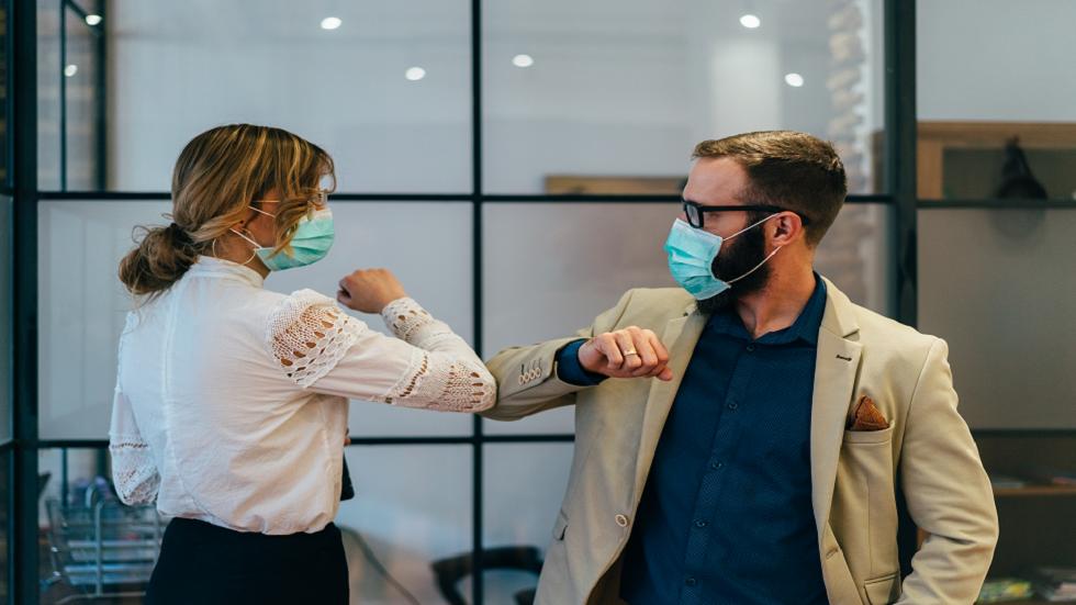 طبيب أمريكي بارز يزعم أن فيروس كورونا