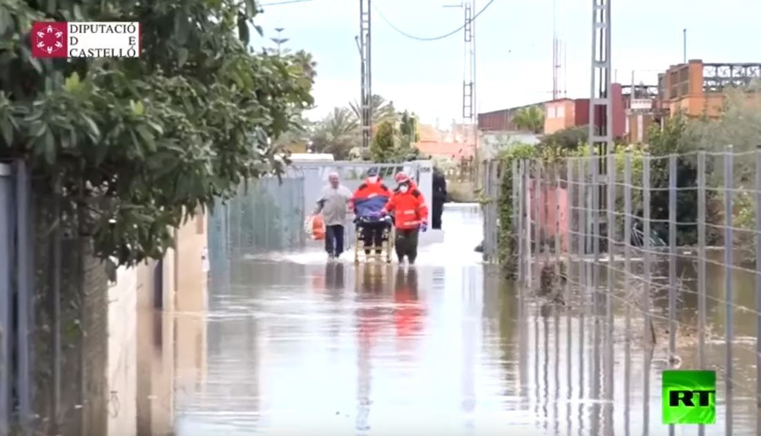 إنقاذ مصابي كورونا من المناطق المغمورة في إسبانيا