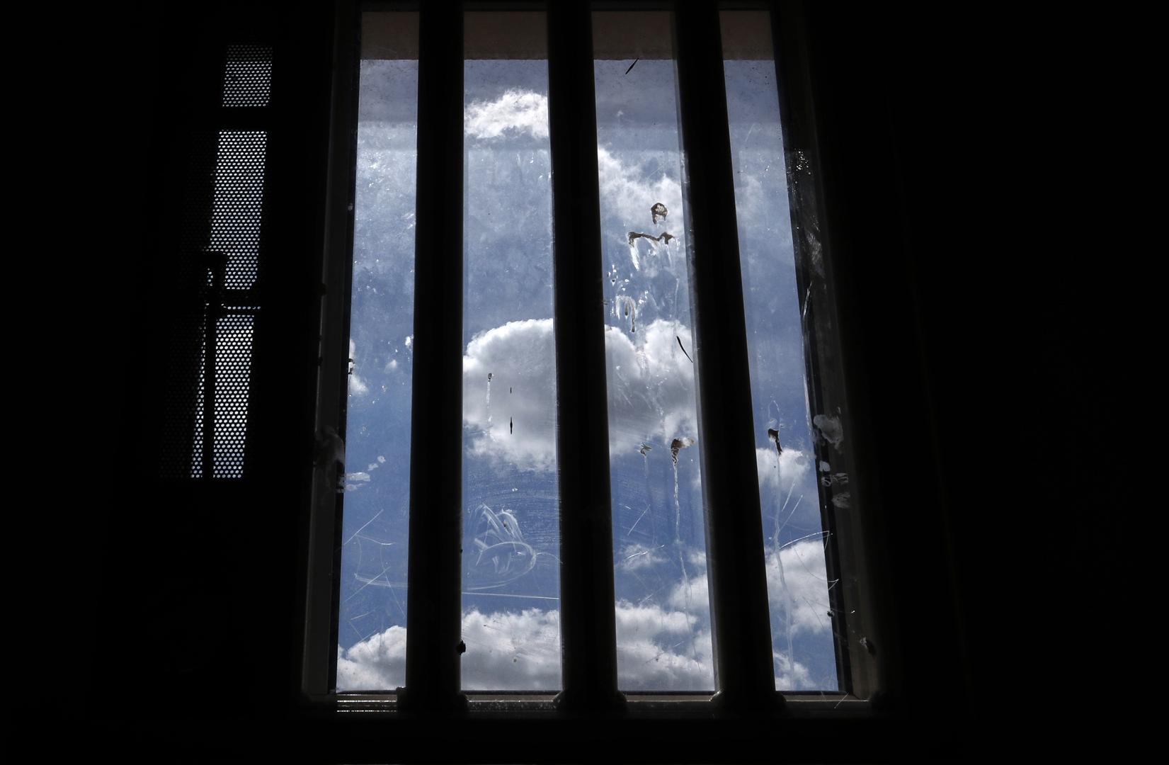 كورونا.. شهادات طيار روسي محتجز في الولايات المتحدة تسلط الضوء على الوضع الحقيقي في السجون الأمريكية
