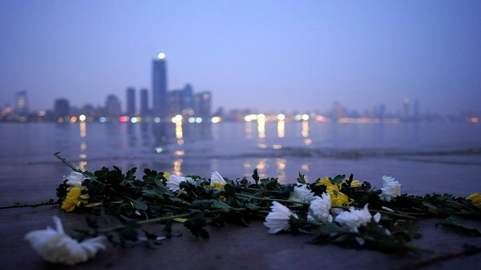 Hoa cúc tươi, một loại hoa tang lễ truyền thống của Trung Quốc, nằm bên bờ sông Dương Tử vào đêm trước lễ hội quét mộ ở Vũ Hán , tỉnh Hồ Bắc, tâm chấn của bệnh coronavirus của Trung Quốc (COVID-19), ở Vũ Hán, Trung Quốc , vào ngày 3 tháng 4 năm 2020.