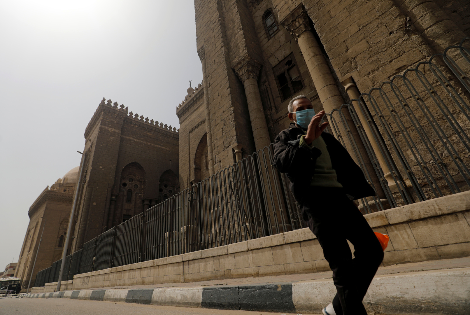 الحكومة المصرية تنفي شائعة عودة الصلاة بالمساجد