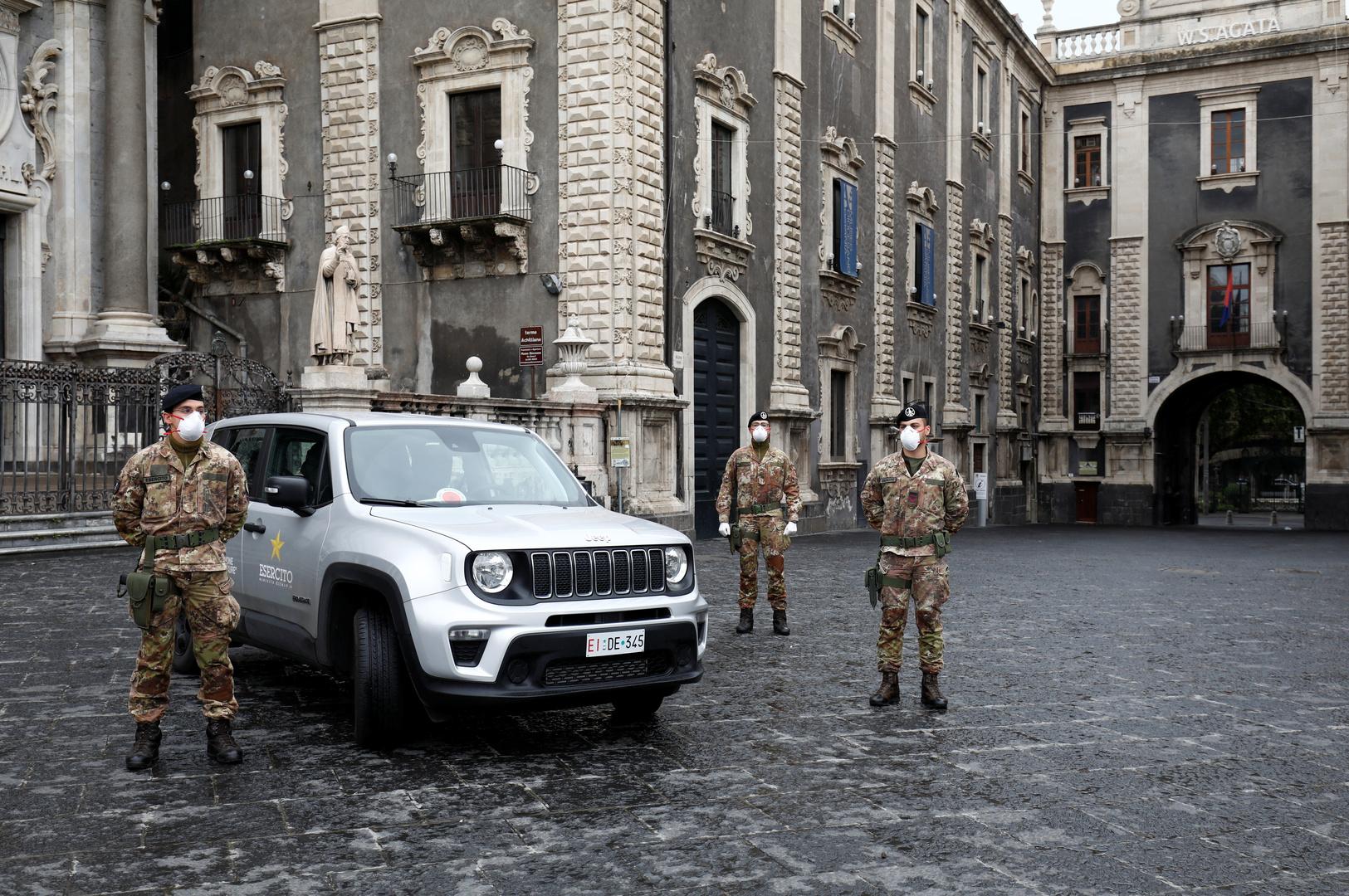 عناصر من الجيش الإيطالي في شوارع مدينة كاتانيا