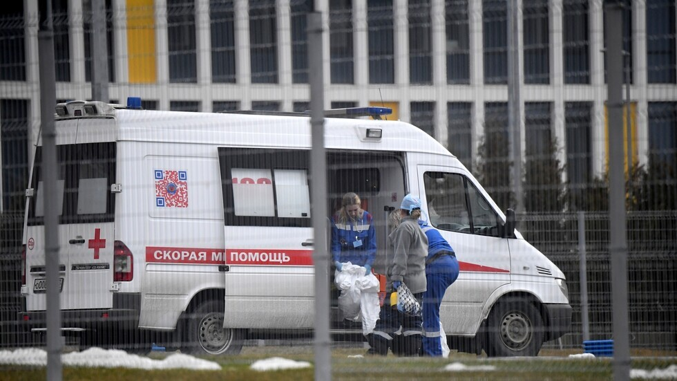 سيارة إسعاف تنقل مصابا بفيروس كورونا إلى مستشفى في بلدة كوموناركا في موسكو
