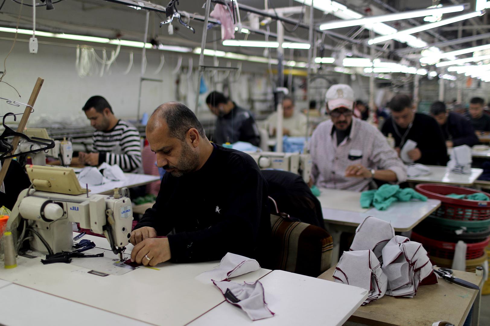 ورشة لتصنيع الكمامات الواقية في قطاع غزة