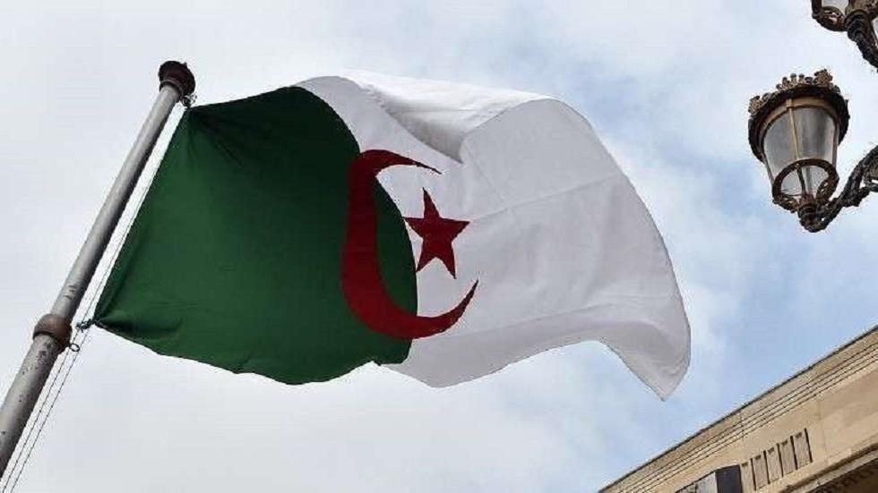الرئيس الجزائري وموظفو الرئاسة يتبرعون براتب شهر