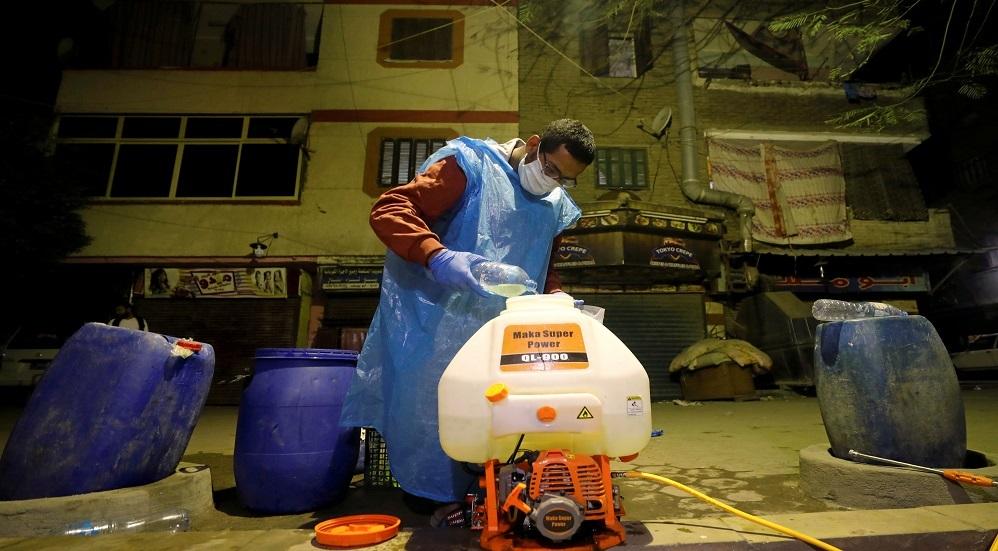 مختص يقوم بعمليات تعقيم في أحد شوارع القاهرة