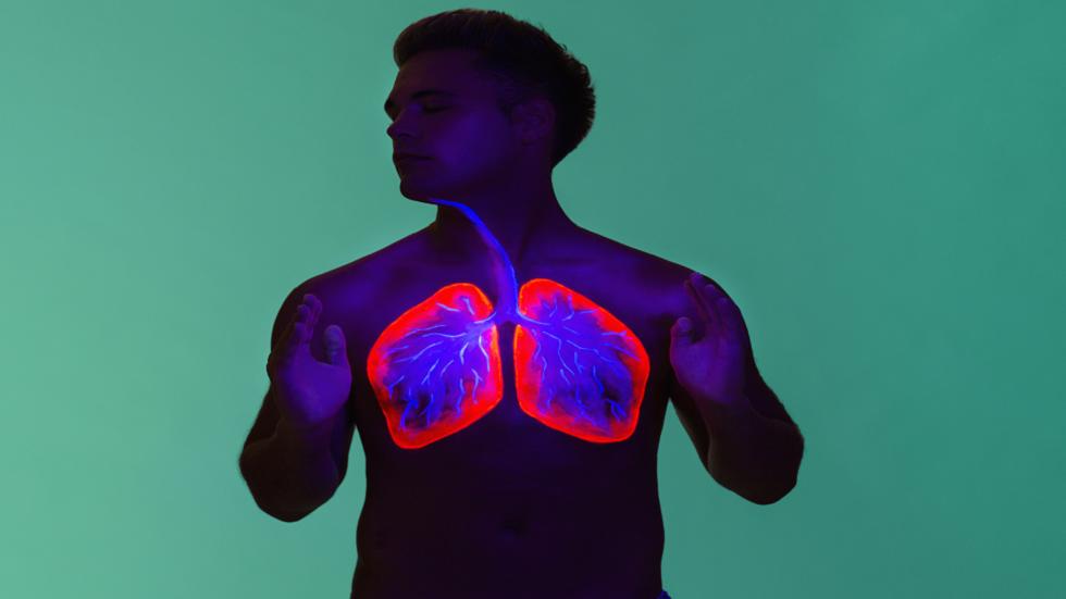 طبيب يكشف عن تقنية تنفس طبيعية تساعد في تخفيف أعراض كورونا (فيديو)