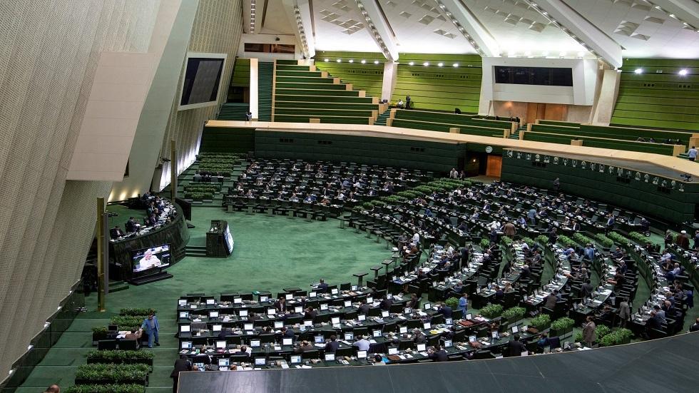 البرلمان الإيراني يعقد أول جلساته بعد انتشار كورونا .. والنواب لم يلتزموا بالمسافات المقررة (صورة)