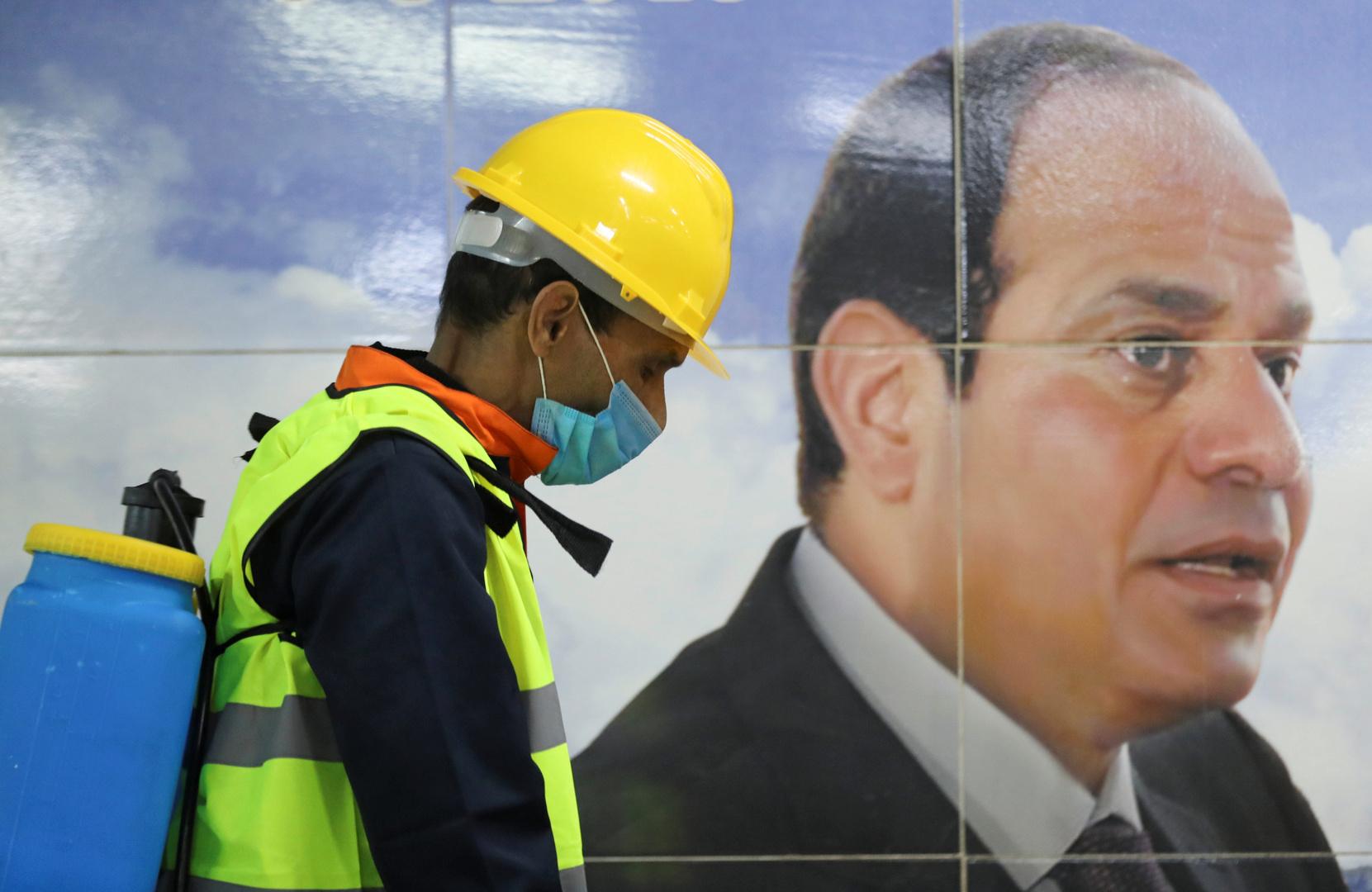 السيسي يراقب المصريين ويحذرهم: