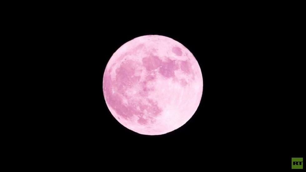 العالم يشهد ظاهرة القمر الوردي العملاق
