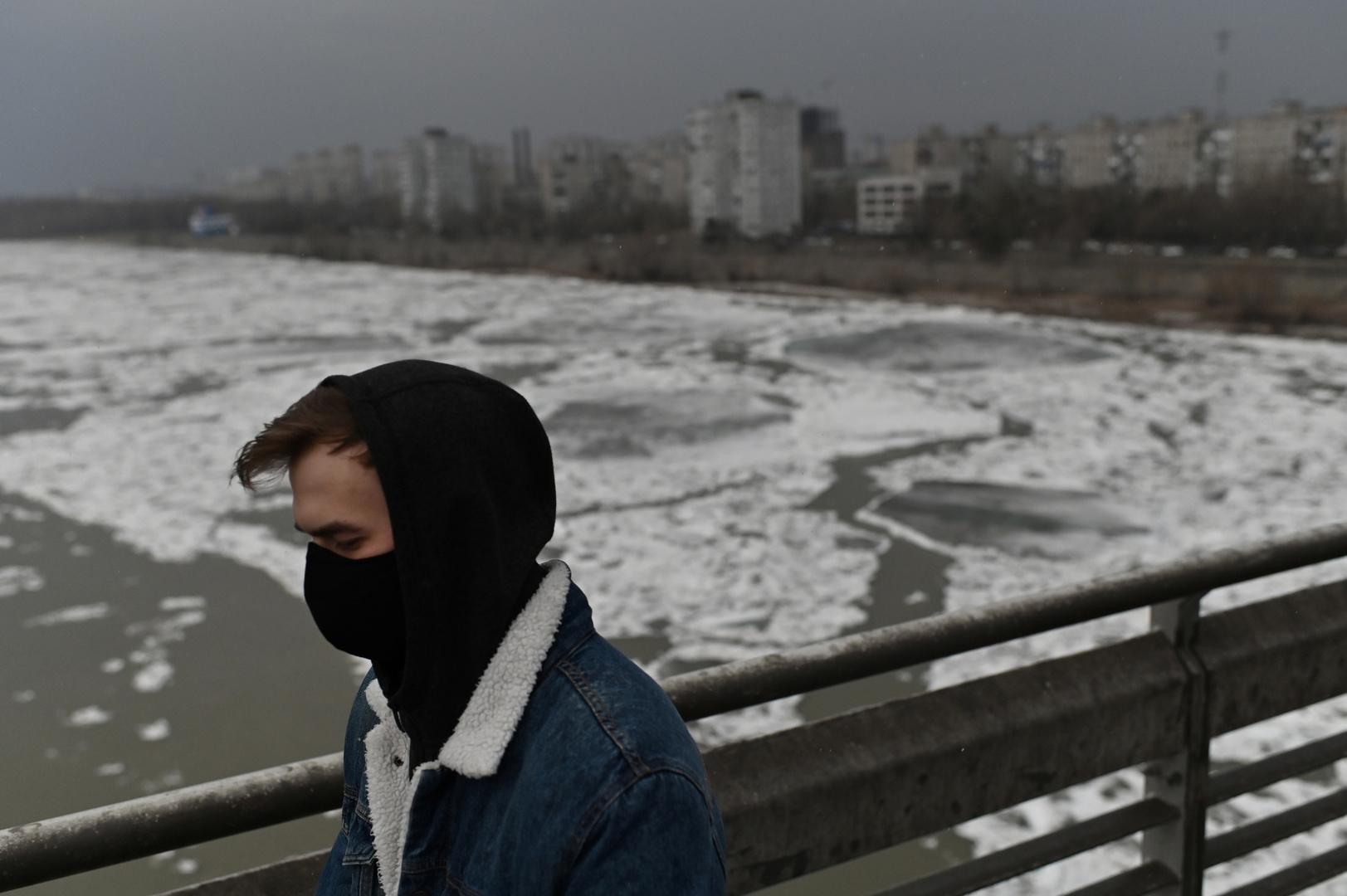 مواطن بكمامة طبية في مدينة أومسك الروسية