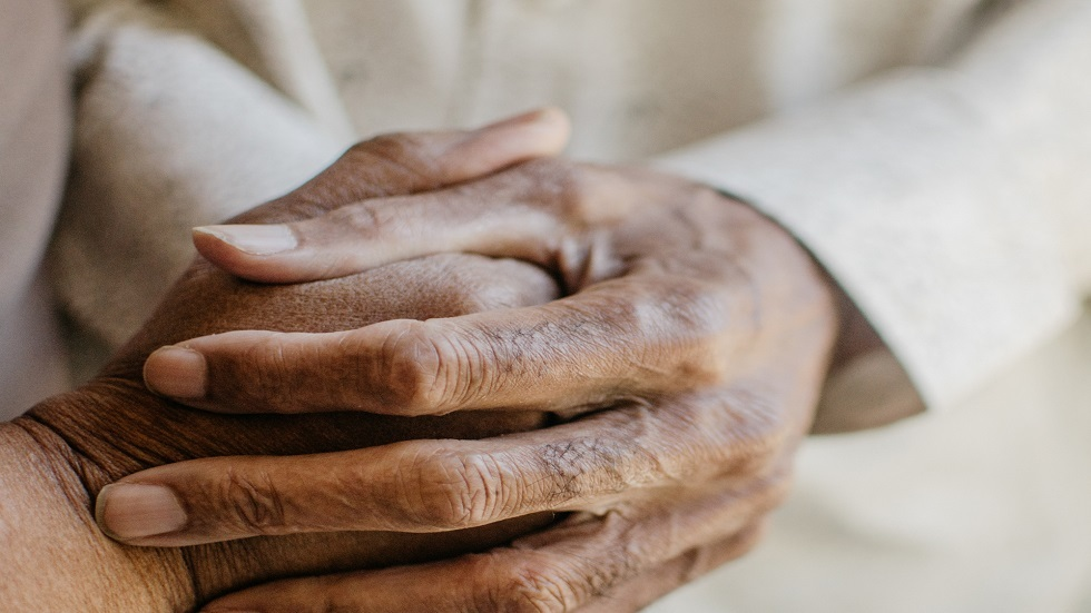 عاشا معا نصف قرن وتوفيا يدا بيد بفارق دقائق فقط بسبب كورونا