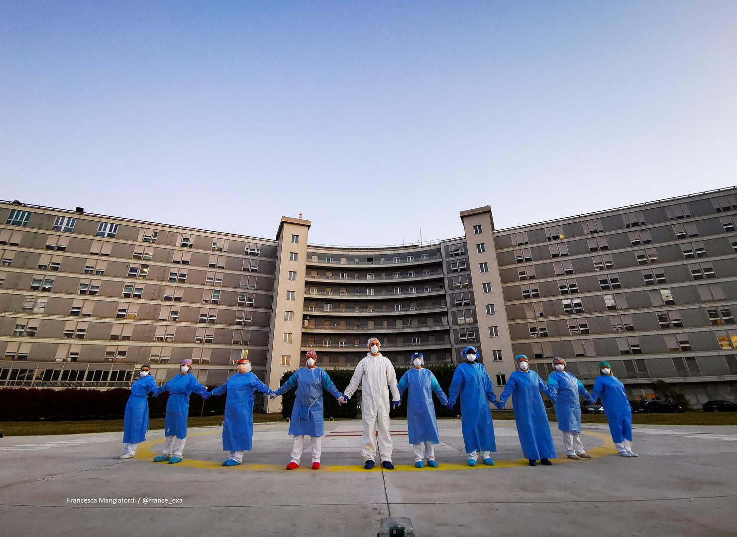 أطباء إيطاليون في مستشفى بمدينة كريمونا