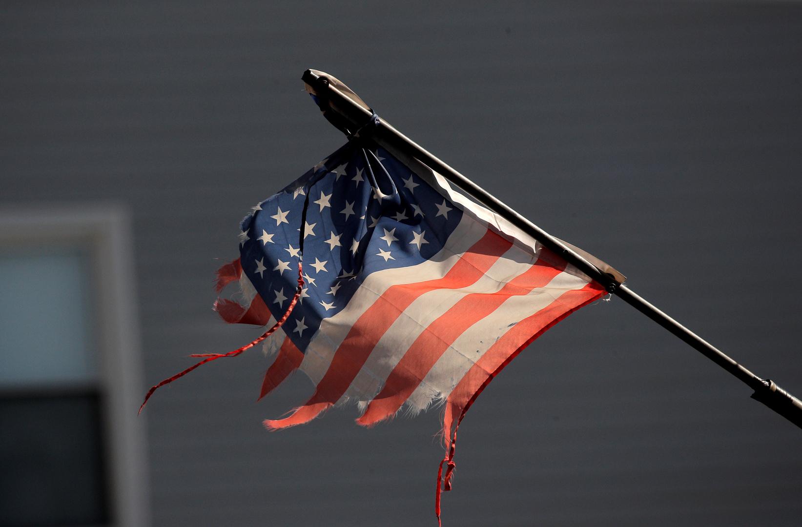علم أمريكي ممزق أمام مستشفى في نيويورك