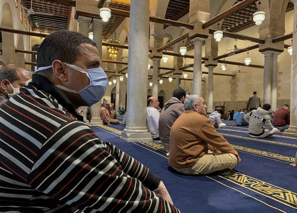 شخص يرتدي كمامة واقية من كورونا داخل مسجد