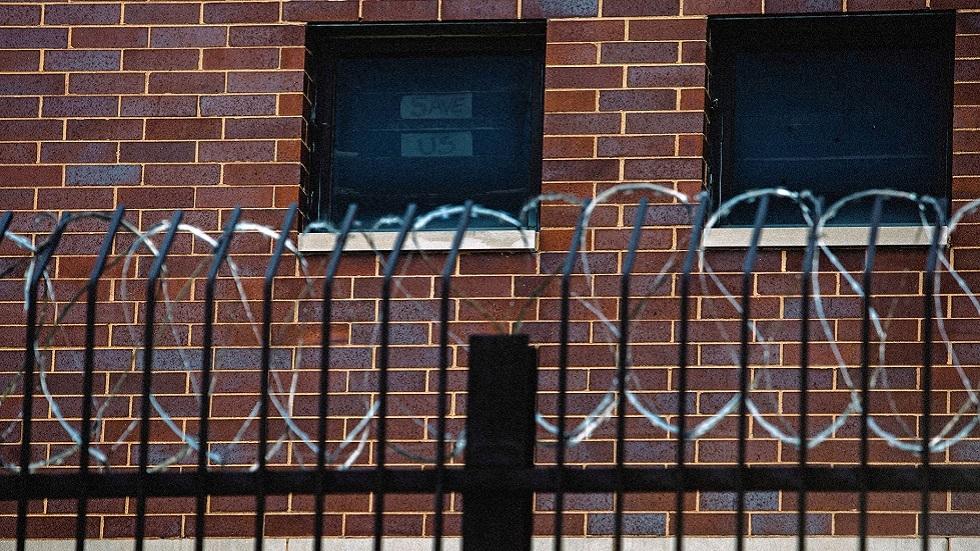 كورونا يتسلل خلف القضبان.. إصابة 450 شخصا في سجن أمريكي