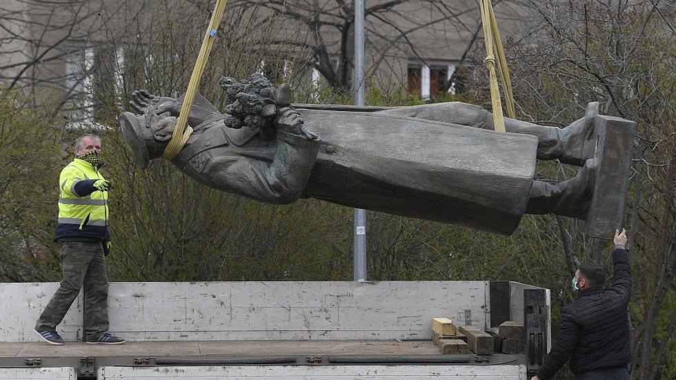 عملية نقل تمثال المارشال إيفان كونيف في براغ