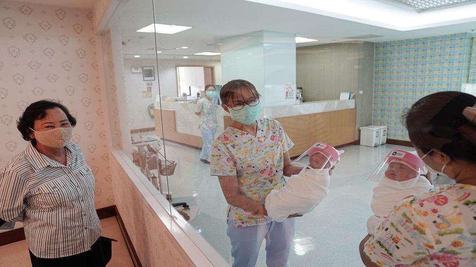 تايلاند.. دروع واقية تغطي وجوه الأطفال حديثي الولادة ضد كورونا