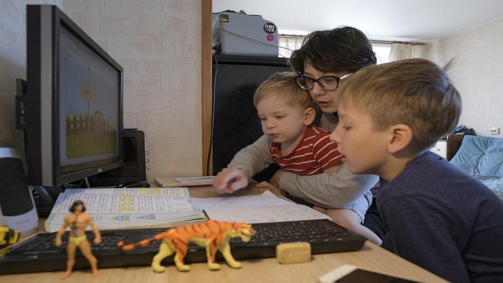 استطلاع رأي: 50% من الروس يفضلون التعليم التقليدي بدلا من