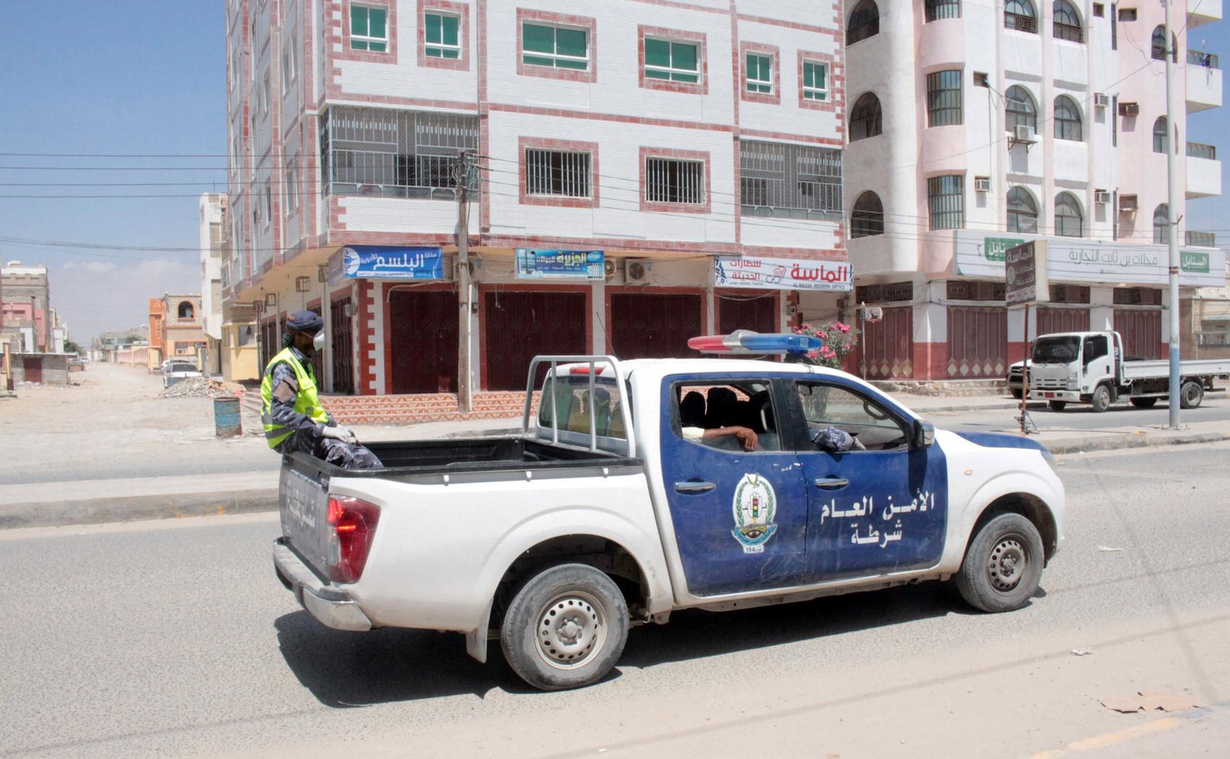 دورية لقوات الأمن عقب إعلان العزل الصحي في مدينة الشحر اليمنية بعد تشخيص أول إصابة بفيروس كورونا هناك