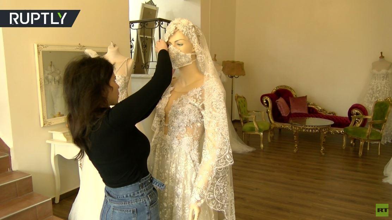 بالفيديو من الجولان.. كمامات للعرائس تناسب فساتين زفافهن