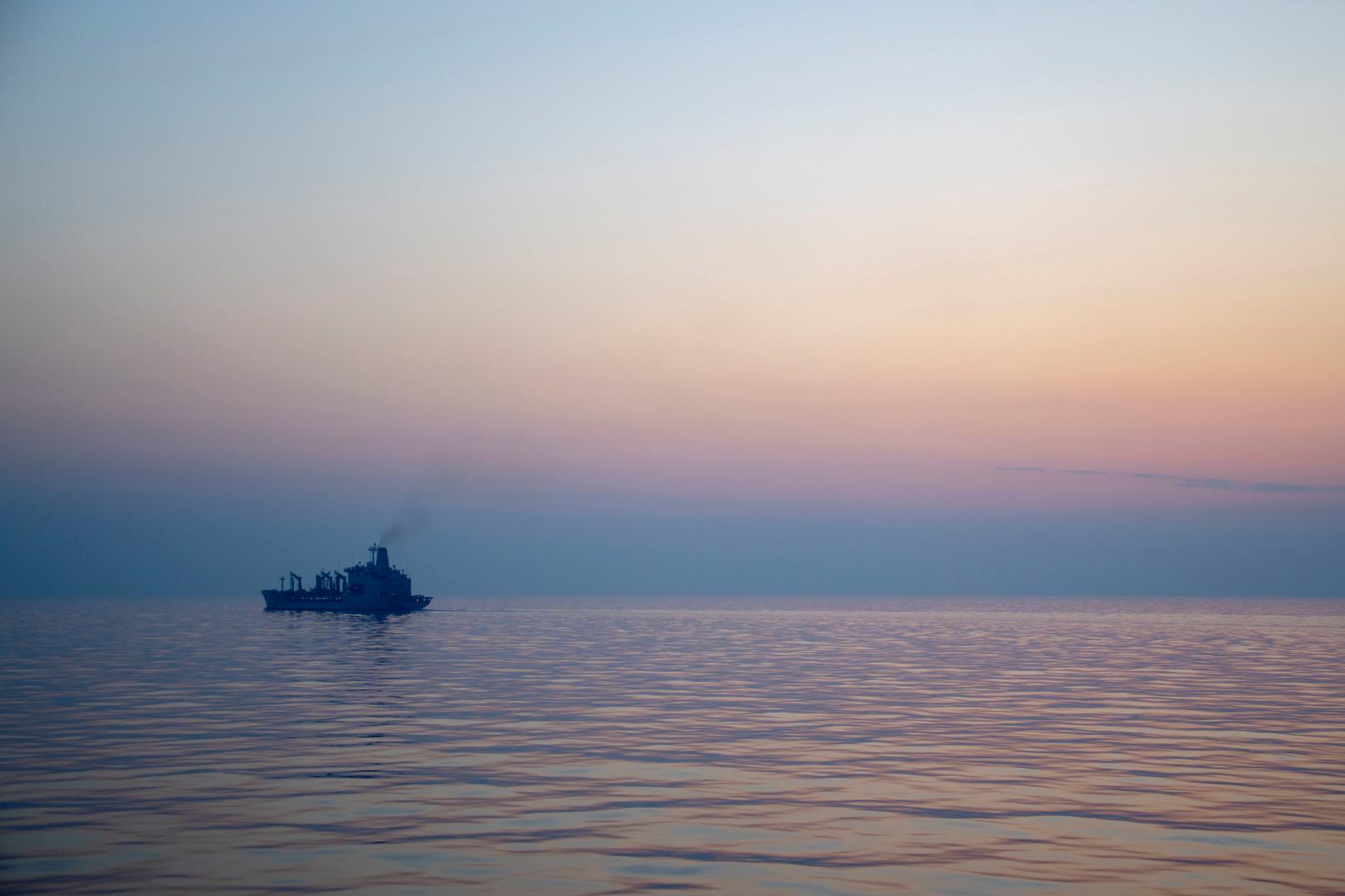 مسلحون يعتلون سطح سفينة في خليج عمان