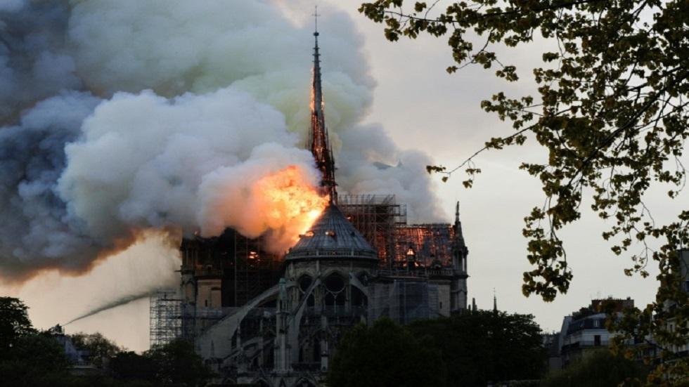 نيران تتصاعد من سقف كاتدرائية نوتردام في باريس في 15 أبريل 2019
